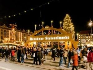 Греяно вино и двуметров щолен на откриването на най-старият коледен базар в Дрезден