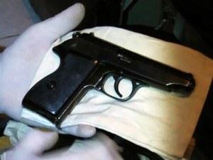 Полицаи претърсиха дома на 27-годишен мъж заради пистолет
