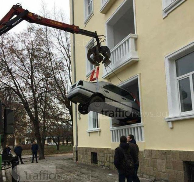 Made in BG! Кой си прибира колата на топло с кран? Абсурдно, нали? СНИМКИ