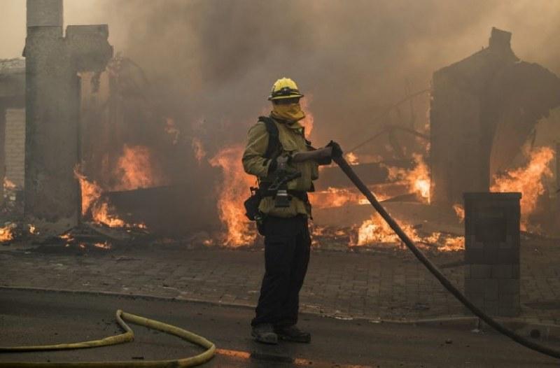 Опустошителните пожари в Калифорния заплашват имения на много звезди ВИДЕО