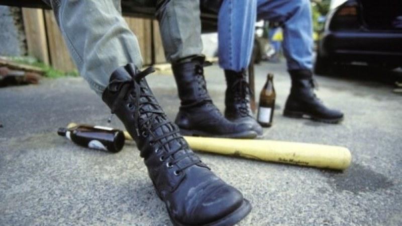 Въоръжени с бухалки младежи нахлуха в гимназия, изкъртиха врата