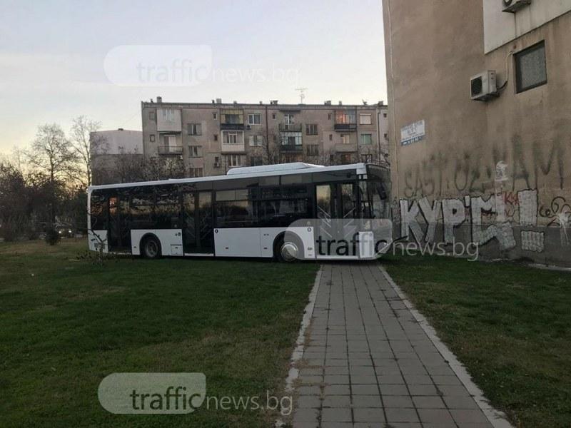 Зрелищно! Автобус се заби в блок в Смирненски СНИМКА