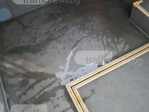 Пловдивски автобус: Мръсна вода е заляла пода, а парцали преграждат седалки СНИМКИ