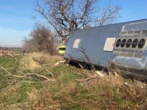 СНИМКИ от катастрофата, при която загинаха двама след удар на автобус в дърво