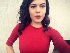 Студенти осеяха с цветя лобното място на 19-годишната студентка, убита от камион