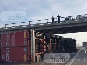 """Камион се обърна на АМ """"Тракия""""  след Пловдив, движението само в аварийната СНИМКИ"""