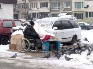 Инвалид живее в кола, изритаха го от общинското му жилище