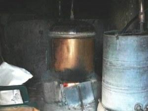 Митничари иззеха 225 литра ракия от незаконна ракиджийница в Пловдивско