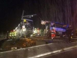Влак блъсна ученически автобус във Франция! Има загинали деца