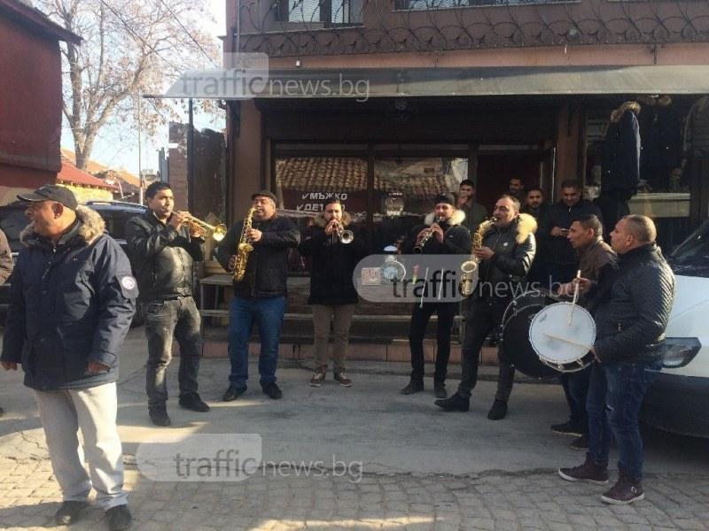 Коледата в Столипиново вече започна! Цигански оркестър огласява махалата ВИДЕО