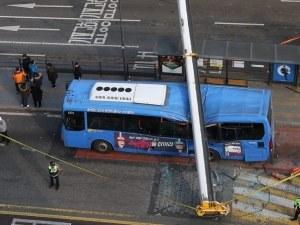 Строителен кран падна върху автобус от градския транспорт, един е загинал СНИМКИ