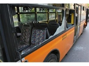 Агресия на пътя: Мъж разби стъкло на пътнически автобус след засичане на Карловско шосе