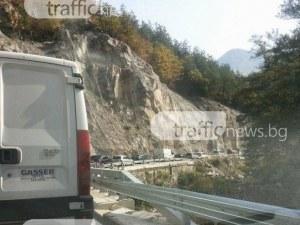13-годишен падна от скала на пътя Асеновград-Бачково, движението е спряно
