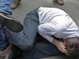Двама се сбиха пред дискотека в Асеновград,друг пък скочи с нож на полицаи в Раковски