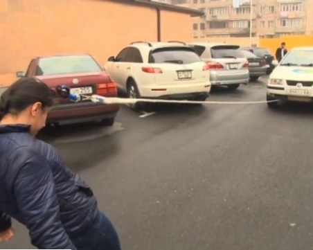 16-годишна арменка изуми интернет - тегли автомобил с косата си! ВИДЕО