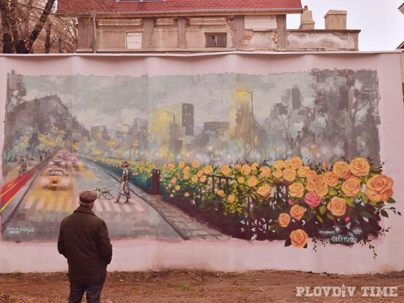 Жълти рози цъфнаха в центъра на Пловдив - не в земята, а върху... трафопост СНИМКА