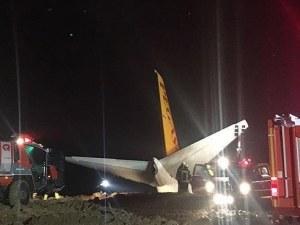 Паника на борда! Самолет излезе извън пистата при кацане