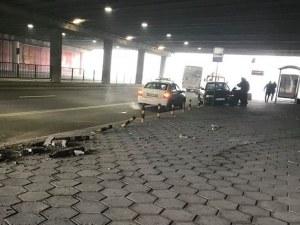 Катастрофа в подлеза на Гладстон! Шофьор се качи на тротоара, отнесе колчетата