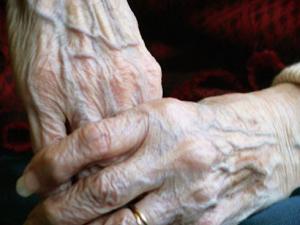 93-годишна пловдивчанка покани двама непознати в дома си, те й задигнаха 3 бона