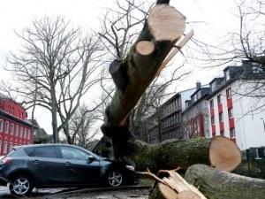 Десет души загинаха при опустошителните бури в Европа СНИМКИ