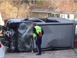 Кола падна от мост и се озова срещу... затвора