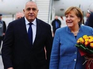 Ангела Меркел пристигна в България, Борисов я чака с рози ВИДЕО