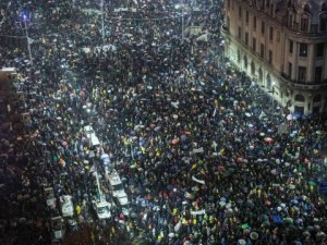 Многохиляден протест срещу корупцията в Румъния, има сблъсъци СНИМКИ