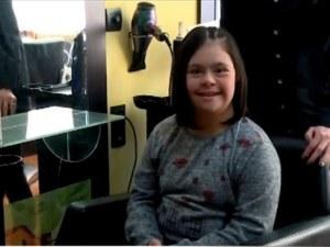 Момиче със синдрома на Даун дари косата си на онкоболно дете