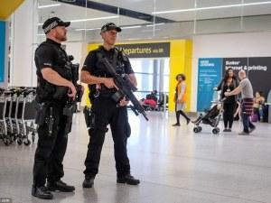 Въоръжени полицаи арестуваха пилот на лондонско летище, миришел на алкохол
