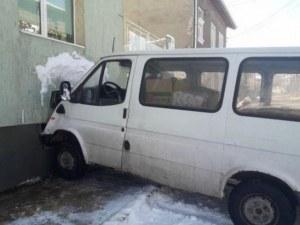 Микробус без шофьор се вряза в къща в Баня СНИМКА