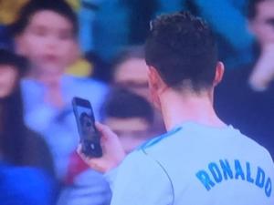 Роналдо извади телефон по време на мач, за да се огледа ВИДЕО