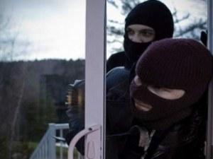 Трима тийнеджъри нахлули в къща през прозореца в банята, задигнали 20 бона