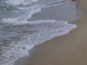 Зловещо! Изплува труп на млада жена на плажа край Отманли