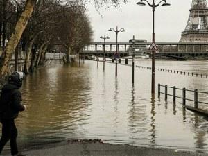 Нивото на Сена се качва критично, затварят пътища и тунели в Париж