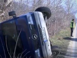 Пиян военен предизвика катастрофа, пловдивски микробус се обърна в канавка