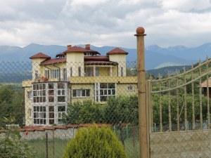 Семейство тираджии с най-хубавата къща в родопско село СНИМКИ