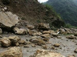 Има опасност от падащи камъни по пътя Девин – Михалково!