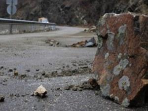 Шофьорка се заби в скала край Асеновград, две деца пострадаха