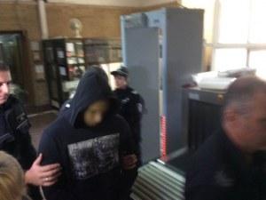 Обвиниха десетокласник в опит за убийство на охранител