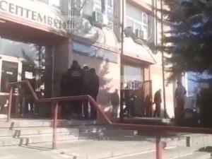 Полиция обсади и къщата на кмета на Септември, претърсват кабинета му ВИДЕО