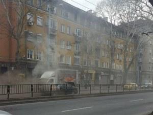 Лек автомобил избухна в пламъци в центъра на Пловдив