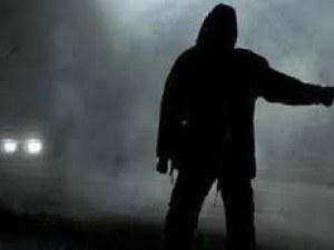 Мъж качи на стоп 20-годишен, той го наръга с нож и избяга с джипа му