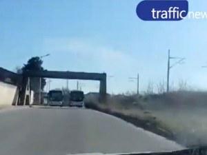 Каскада от автобус на градския транспорт на Пловдив, кола се размина на косъм от челен сблъсък ВИДЕО