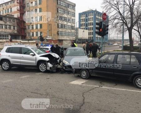 Четири коли са се нанизали на Карловско шосе! Двама души са откарани с линейка СНИМКИ