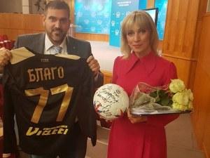 Говорителката на руското Външно с подаръци от Стоичков и Джизъса