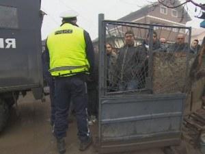 Полицаи нахлуха в ромска махала, претърсват къщи