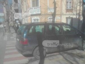 Ето така НЕ се спира! Пловдивчанин се приземи върху пешеходна пътека СНИМКА