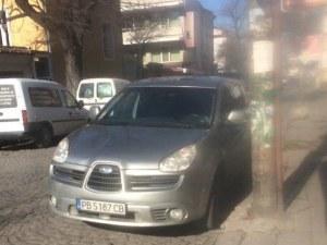 Отново абсурдно паркиране в Пловдив, полицията подминавала наглеца
