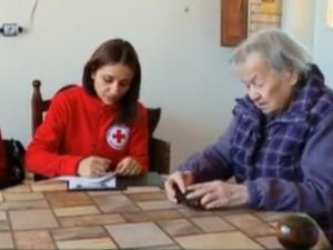 Браво! Млади доброволци връщат усмивката на възрастни самотни хора в Пловдив