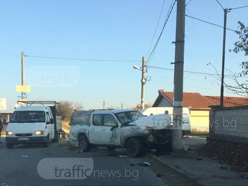 Кола се заби в уличен стълб, жена загина